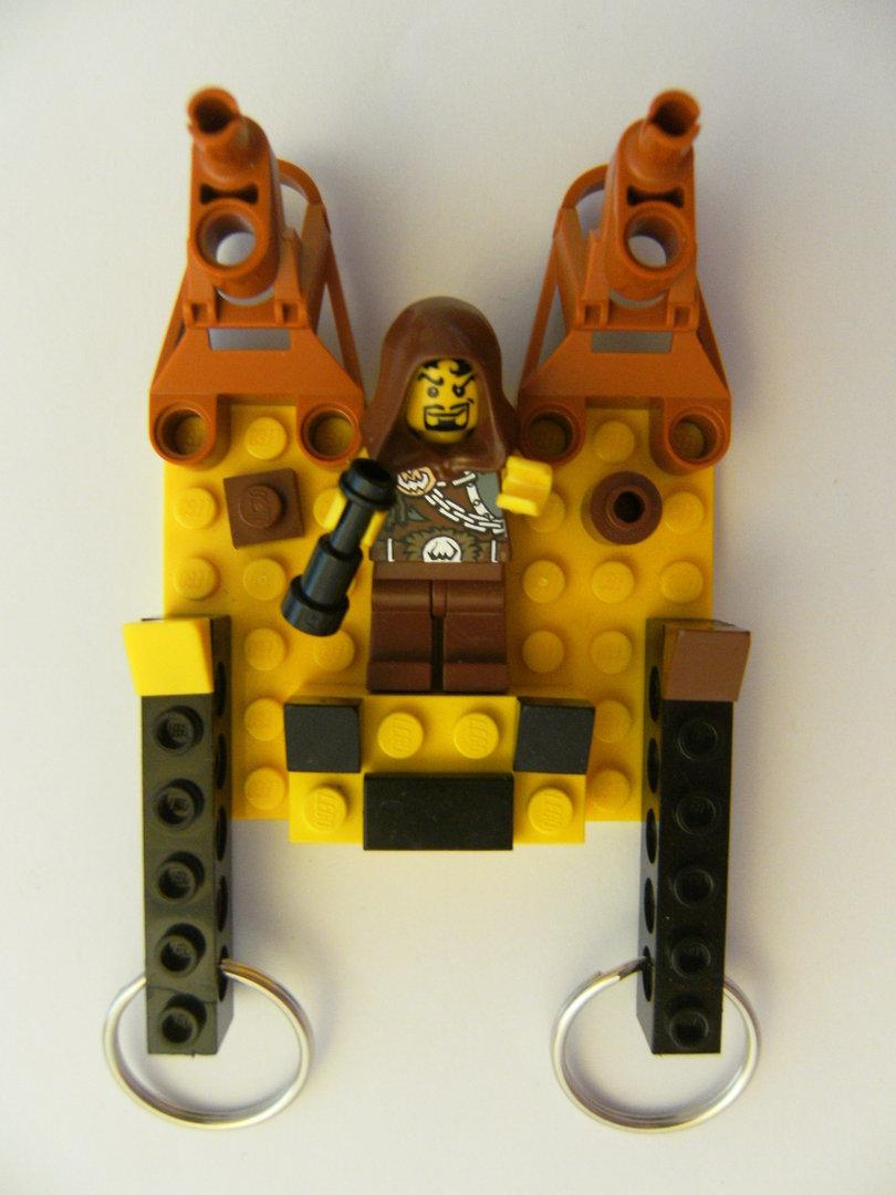 schlüsselbrett aus lego steinen mit 2 schlüsselanhängern, räuber