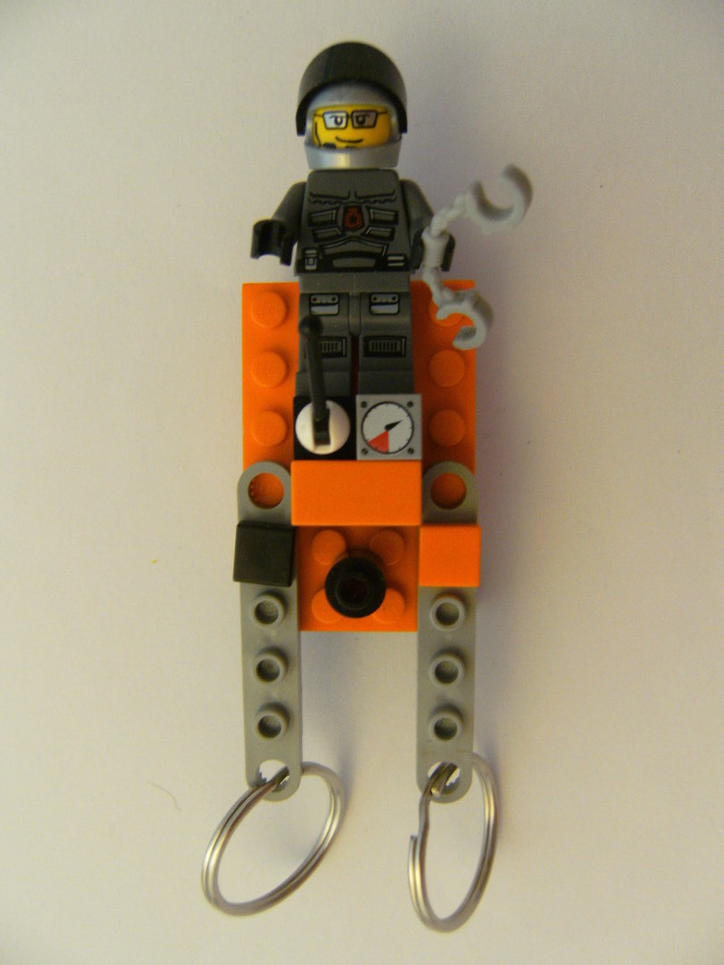 schlüsselbrett aus lego steinen mit 2 schlüsselanhängern, pilot